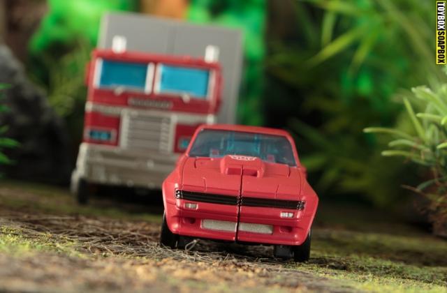 Earthrise Cliffjumper and Optimus Prime